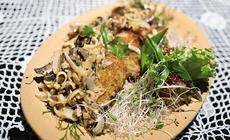 Placuchy Gierczyckie z kaszy jaglanej z grzybami leśnymi i cebulą